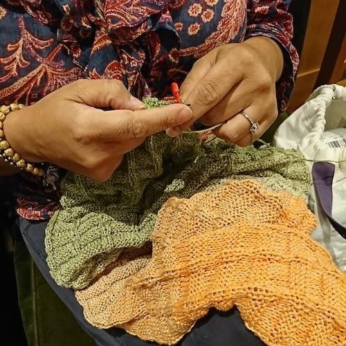 Natalia tejiendo